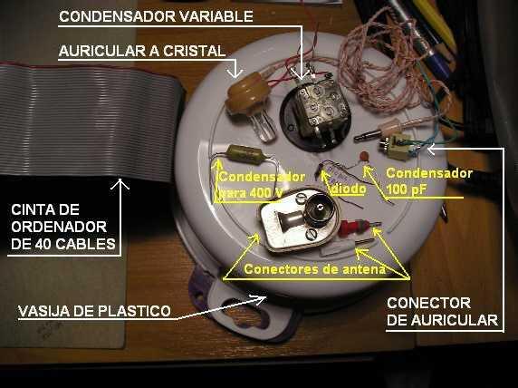 Una cinta de conexiones de 40 hilos de un ordenador desechado de entre